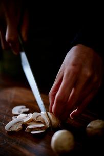 マッシュルームを切る女性の手元の写真素材 [FYI02063020]