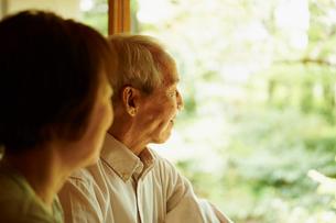 シニア夫婦の横顔の写真素材 [FYI02063021]