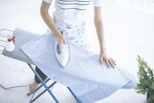 アイロンをかける女性の写真素材 [FYI02063023]