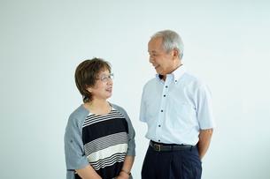 笑顔で見つめ合うシニア夫婦の写真素材 [FYI02063031]