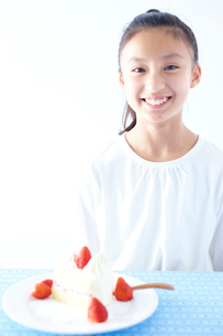 ショートケーキと女の子の写真素材 [FYI02063033]