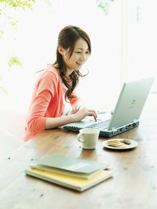 ホームオフィスの女性の写真素材 [FYI02063057]