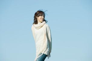 マフラーを巻いた女性と青空の写真素材 [FYI02063064]