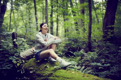 森の中で休憩する女性の写真素材 [FYI02063086]
