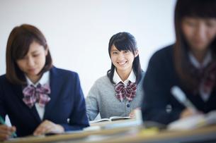 授業中の女子学生の写真素材 [FYI02063093]