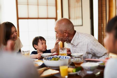 食事をする三世代家族の写真素材 [FYI02063107]