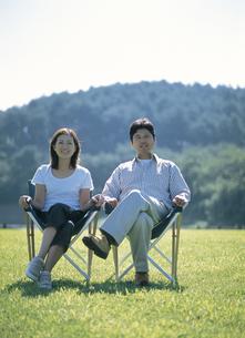 草原で椅子に座る夫婦の写真素材 [FYI02063129]