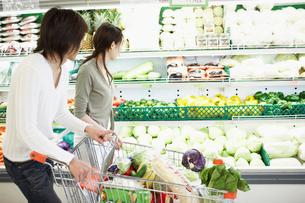 スーパーで買い物をする夫婦の写真素材 [FYI02063139]