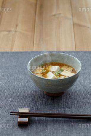 豆腐と油揚げの味噌汁の写真素材 [FYI02063155]