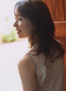 扉をあける女性の横顔の写真素材 [FYI02063170]
