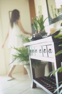 室内を歩く女性の写真素材 [FYI02063183]
