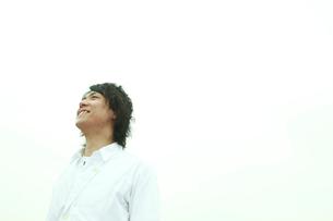空を見上げる男性の写真素材 [FYI02063188]