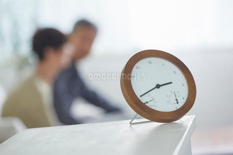 置き時計とリビングのシニア夫婦の写真素材 [FYI02063189]
