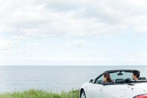 海と車とカップルの写真素材 [FYI02063193]