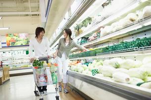 スーパーで買い物をする夫婦の写真素材 [FYI02063200]