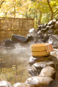 桶と手ぬぐいと紅葉の露天風呂の写真素材 [FYI02063204]