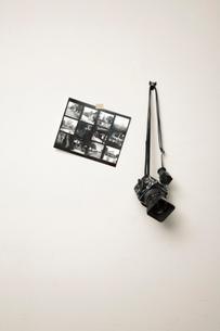 壁にかけたカメラと写真の写真素材 [FYI02063210]