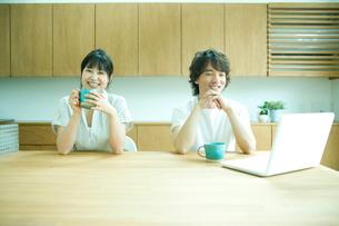 コーヒーブレイクを楽しむカップルの写真素材 [FYI02063227]