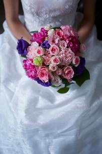 ブーケを持つ花嫁の写真素材 [FYI02063246]