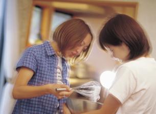 料理する女性2人の写真素材 [FYI02063248]