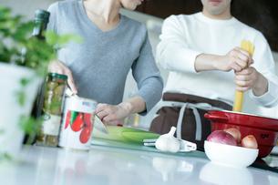 パスタをゆでるカップルの写真素材 [FYI02063299]