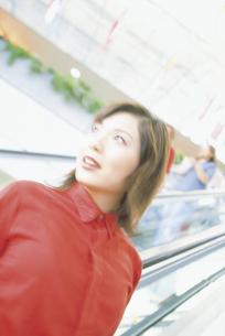 エスカレーターに乗る女性の写真素材 [FYI02063311]