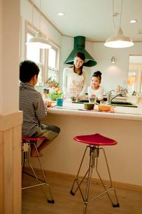 キッチンで向かい合う親子の写真素材 [FYI02063312]