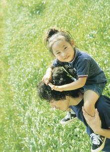 女の子を肩車する父親の写真素材 [FYI02063327]