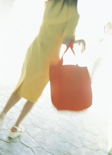 歩く女性後姿の写真素材 [FYI02063330]