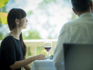 食事をするミドル夫婦の写真素材 [FYI02063341]