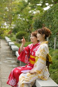 ベンチに座る浴衣の女性2人の写真素材 [FYI02063370]