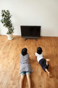 テレビを見る姉妹の写真素材 [FYI02063391]