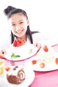ケーキと女の子の写真素材 [FYI02063397]