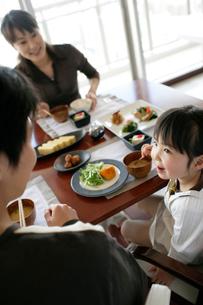 食事をするファミリーの写真素材 [FYI02063419]