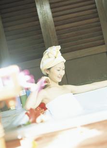 入浴する女性の写真素材 [FYI02063426]