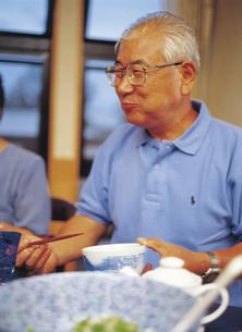 食事するシニア男性の写真素材 [FYI02063427]