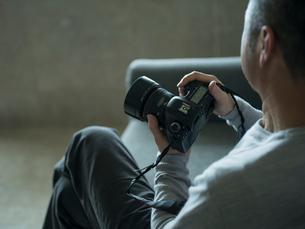 カメラを持つミドル男性の写真素材 [FYI02063440]