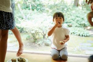 おにぎりを食べる女の子の写真素材 [FYI02063476]