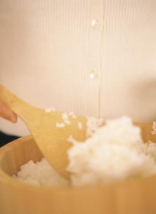 おひつのご飯を混ぜるの写真素材 [FYI02063499]