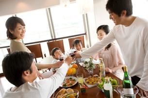 ホームパーティを楽しむ日本人ファミリーの写真素材 [FYI02063512]