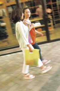 ウィンドウショッピングの女性2人の写真素材 [FYI02063528]