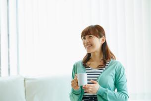 コーヒーカップを持つ女性の写真素材 [FYI02063534]