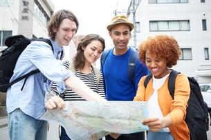 地図を見る外国人の写真素材 [FYI02063550]