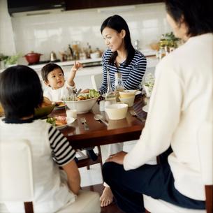 食事をするファミリーの写真素材 [FYI02063560]