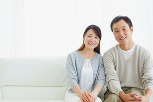 ソファに座るカップルの写真素材 [FYI02063574]