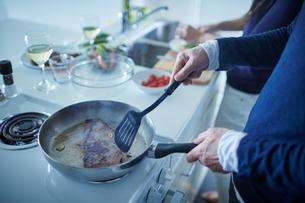 料理をするミドル夫婦の写真素材 [FYI02063590]