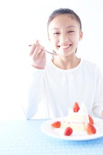 ショートケーキを食べる女の子の写真素材 [FYI02063608]