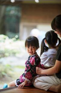 母親に浴衣の帯を直してもらう女の子の写真素材 [FYI02063630]