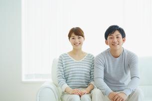 ソファに座る若いカップルの写真素材 [FYI02063637]