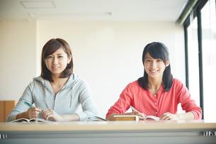 勉強する2人の10代女性の写真素材 [FYI02063649]